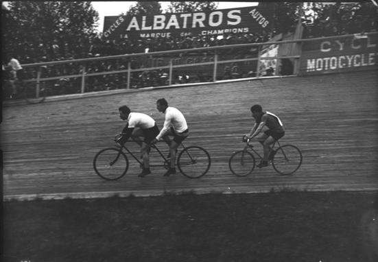 Octave Lapize tras Tándem El Ciclismo de Principios del Siglo XX: Ranking de los Mejores Ciclistas