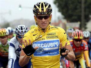 Armstrong haciendo gesto de los 7 Tour de Francia . ¿Es Lance Armstrong una Leyenda del Ciclismo o el mayor Fraude de la Historia del Deporte ?