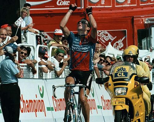 Lance Armstrong señalando al cielo en homenaje a Fabio Casartelli ¿Es Lance Armstrong una Leyenda del Ciclismo o el mayor Fraude de la Historia del Deporte ?
